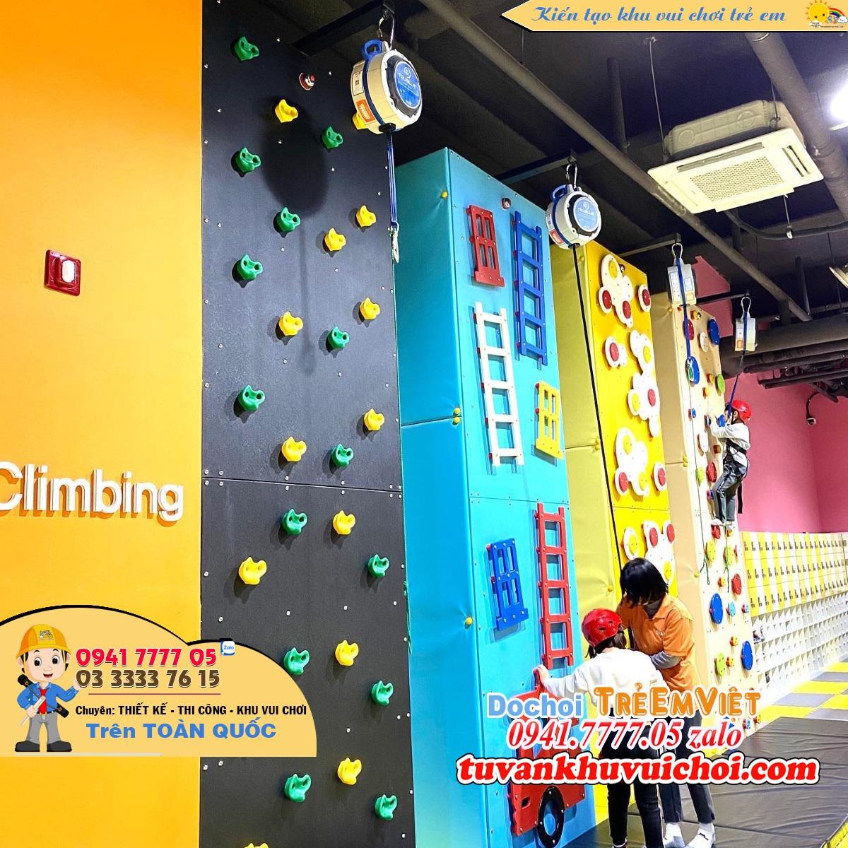 Tường leo núi trong khu vui chơi trẻ em.