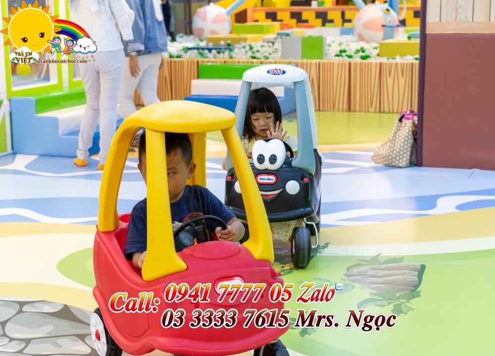 Bé lái ô tô chòi chân
