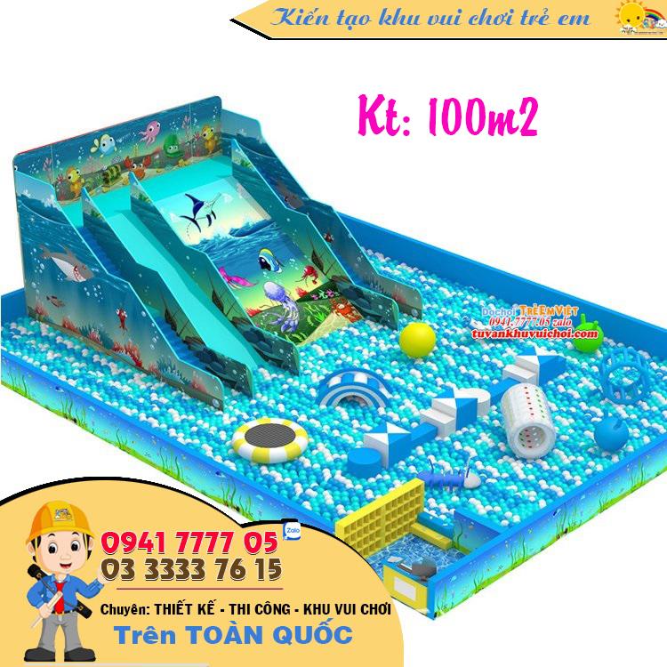 Cầu trượt hồ bóng với tone trang trí theo chủ đề đại dương.
