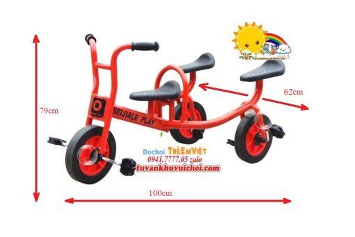 Xe đạp 3 bánh đồ chơi trong khu vui chơi trẻ em.