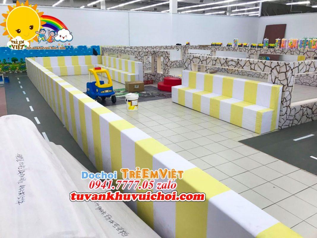 Thi công lắp ghép hồ hạt cho khu vui chơi trẻ em.
