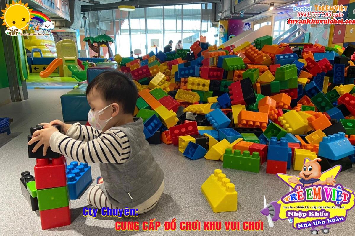 Lego nhựa trong khu vui chơi