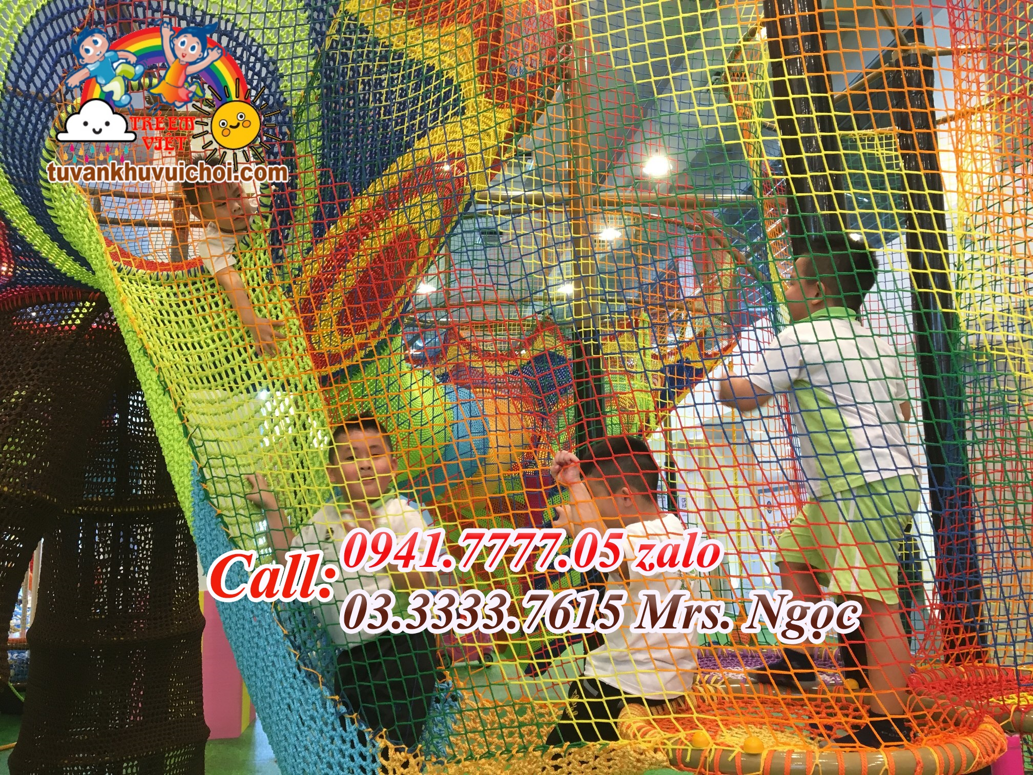 Bé đang vui chơi trên bộ liên hoàn leo trèo lưới.