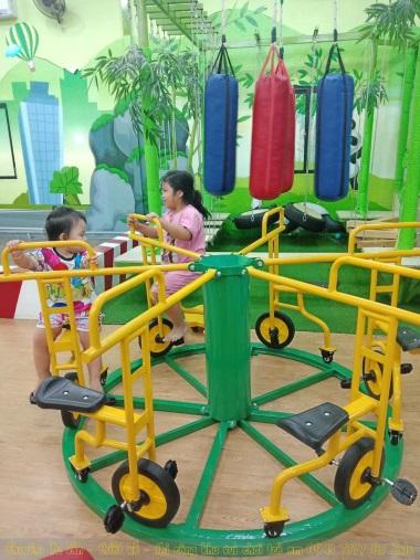 Mâm xoay xe đạp trong khu vui chơi trẻ em Bomkid